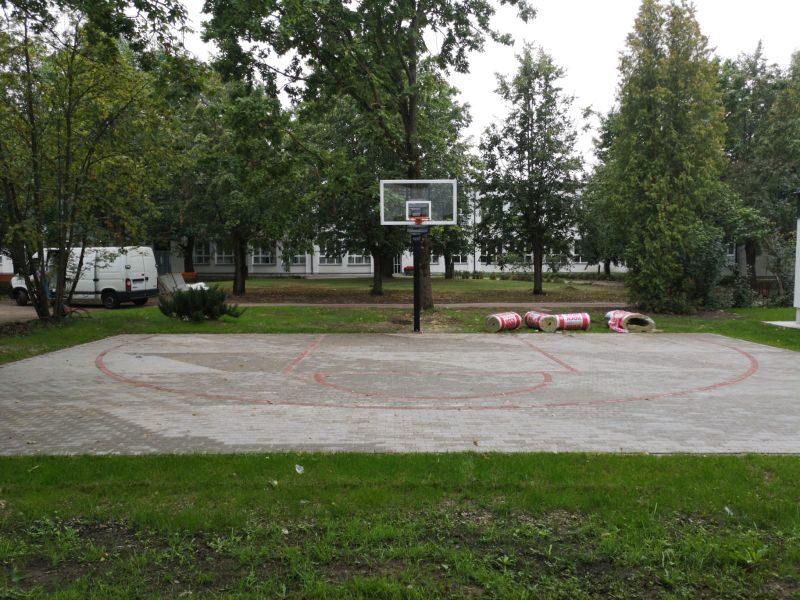 Streetball laukums, bilde Nr.2. Bruģēšana, apzaļumošana